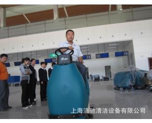 新疆伊宁机场正在用洁驰驾驶式洗地机打扫候机大厅